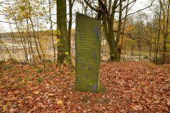 Kuznia-w-siodelku-Pamiątkowy-obelisk-po-pożarze-lasów-w-1992-roku