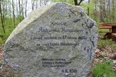 Kamień-pamiątkowy-na-skrzyżowaniu-w-lesie-1